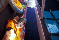 Riserva dello Zingaro fra San Vito Lo Capo e Scopello - escursione su una barca con lo sfondo trasparente attraverso cui è possibile vedere i fondali - Francesco dorme beato!!!  - Riserva dello zingaro (1618 clic)