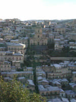 27 gennaio 2005 - Modica si sveglia sotto la neve - Modica Alta e il Duomo di San Giorgio  - Modica (4610 clic)
