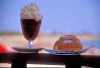 Granita siciliana di gelsi con panna e brioche, sullo sfondo il mare e la spiaggia di Marina di Modica  - Marina di modica (39332 clic)