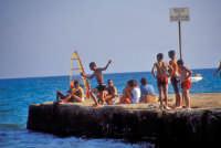 Tuffi dal moletto - da notare il cartello di divieto di balneazione  - Marina di modica (5012 clic)