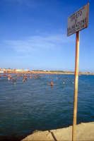 Tuffi dal moletto - da notare il cartello di divieto di balneazione  - Marina di modica (5009 clic)