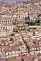 Duomo di San Giorgio e panorama di Modica - le tende rosse appartengono all'antica dolceria rizza  - Modica (3569 clic)