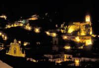 Modica di notte. Il Castello dei Conti e San Pietro  - Modica (2584 clic)