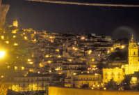 Modica di notte. San Giorgio a Destra e la punta di San Giovanni Battista a Sinistra  - Modica (3667 clic)