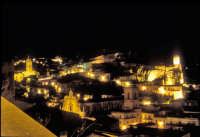 Modica di notte. Il Castello, San Pietro (al centro) e San Giorgio a Sinistra MODICA Giambattista Sc
