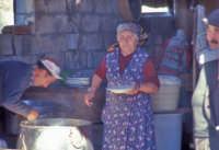 Preparazione della ricotta in una masseria tipica del modicano  - Modica (3347 clic)