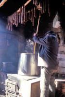 Preparazione della ricotta in una masseria tipica del modicano - in alto la salsiccia stesa ad essiccare  - Modica (4018 clic)