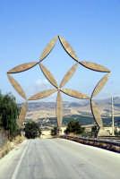 La stella di Pietro Consagra - È la Porta al Belìce, un'opera d'acciaio inox alta ventiquattro metri  - Gibellina (4337 clic)