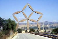 La stella di Pietro Consagra - È la Porta al Belìce, un'opera d'acciaio inox alta ventiquattro metri  - Gibellina (5378 clic)
