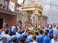 Devoti portatori S. Anna che urlano verso il simulacro la benedizione della Santa Patrona Foto 2006  - Floresta (4503 clic)