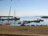 Veduta di un particolare del porto piccolo di San Vito. Qui approdano molti turisti ed è luogo da cui partono i gommoni destinati al turismo subacqueo.  - San vito lo capo (2806 clic)