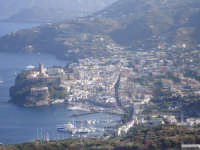 veduta dall'alto di marina lunga con il paricolare di via Vittorio Emanuele e del Castello di Lipari  - Lipari (5323 clic)