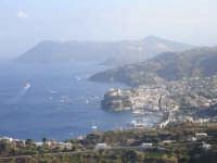 Foto del centro storico di lipari con l'isola di Vulcano sullo sfondo  - Lipari (6423 clic)
