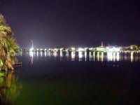 Notturna del Lago di Ganzirri, in evidenza i Piloni (tralicci di un ex elettodotto alti 232 metri) che verranno sostituiti dai pilastri in cemento armato che sorreggeranno il ponte sullo Stretto di Messina  - Messina (6077 clic)