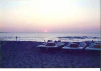 tirati a secco i pedalo' osservano il tramonto riposando dopo una pesantissima giornata di lavoro ....Fa' molto anni 60 tirati a secco i pedalo' osservano il tramonto riposando dopo una pesantissima giornata di lavoro ....Fa' molto anni 60  - Capaci (5259 clic)