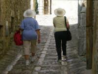 turiste con cappello turiste con cappello  - Erice (3553 clic)