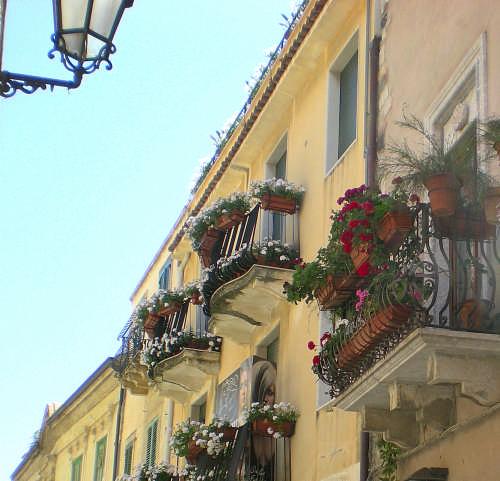 balconi fioriti - TAORMINA - inserita il