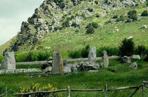 monoliti eretti per ricordare una triste pagina della storia siciliana - PORTELLA DELLA GINESTRA - inserita il
