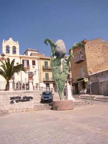 monumento al carciofo - CERDA - inserita il