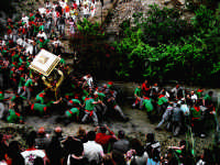Calatabiano sabato 20 maggio 2006. Sfiorato il dramma alla calata del protettore San Filippo Siriaco.   Archivio: A calata 2006 © Via Cruyllas photo  - Calatabiano (6428 clic)