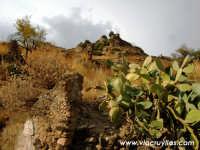 Monte castello, resti delle mura del vecchio borgo. Archivio: Paesaggio © Massimo Amoroso/Via Cruyllas photo  - Calatabiano (2513 clic)