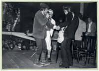 Una scena del film il tempo che fù!Film di coproduzione Italo-americana anni 70.Le riprese,parte in bianco e nero e parte a colori, furono girate a Rosolini(SR).Nella foto gli attori protagonisti del film: Knarf Ozzaratam,   Erotavlas Airamed, Uddirut Opul.    - Rosolini (2899 clic)