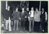 Una scena del film il tempo che fù!Film di coproduzione Italo-americana anni 70.Le riprese,parte in bianco e nero e parte a colori, furono girate a Rosolini(SR).Nella foto gli attori protagonisti del film:  Utipep Ila'lled, Igiul Imednich, Knarf Ozzaratam, Erotavlas Airamed, Onizn Ovlac, Oras Onital, Uddirut Opul.    - Rosolini (3741 clic)