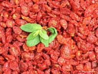 Sapori di paese:Pomodori secchiINGREDIENTI:1 cassetta di pomodori, tagliare a metà, posizionare i pomodori su una spianatoia, salare e stenderli al sole per farli essiccare. Dopo richiudere i pomodori aggiungendo un foglia di basilico, del peperoncino rosso e sistemare in un contenitore di vetro a chiusura ermetica, aggiungendo dell'olio extra vergina di oliva. VARIANTE:invece del basilico si può aggiungere un pezzettino di acciuga.    - Rosolini (4335 clic)