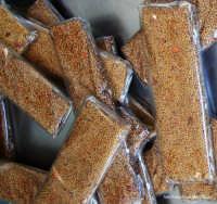 Sapori di paese:Giuggiulena(Cubbaita)-Dolce di sesamo e miele che si prepara per Natale.Ricetta per 3 persone:150 gr di semi di sesamo,100gr di miele,15gr di buccia dilimone grattugiata, 50gr di zucchero.Metter gli ingredienti in una pentola e far cuocere mescolando con un cucchiaio di legno, far amalgamare e dopo la cottura,versare su una base di acciao o di marmo inumidito, spianare con un mattarello e tagliare a rombi con un coltello bagnato.  - Rosolini (15419 clic)