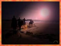 SAMPIERI:Cavalieri al tramonto sul mare  - Sampieri (1599 clic)