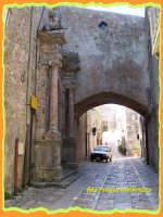 PASSEGGIANDO PER ERICE:sosta vietata  - Erice (1381 clic)