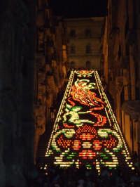 La luminaria di Caltagirone, evento annuale in cui la scalinata di Santa Maria del Monte viene illuminata con lumini detti coppi.  La disposizione delle lucerne varia ogni anno, formando diverse figure ornamentali, caratterizzate ogni volta dagli stessi colori, rosso, bianco e verde.  - Caltagirone (7562 clic)