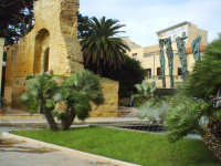 Sulla sinistra possiamo intravedere l'Arco Normanno,sulla sua destra la fontana e la scultura bronzea,opera di Pietro Consagra,raffigurante dei mostri marini emergenti dalle acque.  - Mazara del vallo (6401 clic)