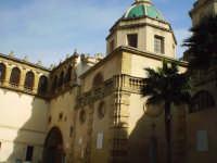 In alto la cupola della Cattedrale sita in P.zza della Repubblica. Attraverso questo passaggio si arriva al Palazzo Vescovile.  - Mazara del vallo (2059 clic)