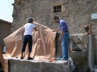Giuseppe Sirni - Mostra Mistretta Pulita - preparazione dell'installazione  - Mistretta (3809 clic)