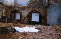 Giuseppe Sirni - mostra; sit-in la parabola dei ciechi - kossovo - installazione, particolare, con sullo sfondo 2 opere di Sebastiano Leta. Mistretta  - Mistretta (4236 clic)