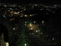 Veduta dall'alto di Zafferana e della piscina di sera.  - Zafferana etnea (2032 clic)
