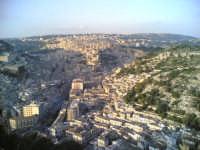 Vista dall'alto di Modica.  [ fotografia inviata da un'amica. :-) ]  - Modica (9997 clic)