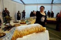 34° Sagra della Castagna 2008 - Il concorso dei Dolci - In primo piano un Cannolo da kg.25.  - Montagnareale (2286 clic)