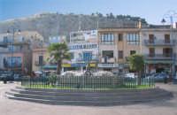 Veduta della fontana di Mondello, posta al centro della piazza.  - Mondello (2856 clic)