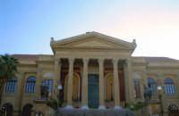 Vista centrale del Teatro Massimo, magnificamente imperioso ed elegante. PALERMO Giovanni Basta