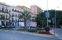 Isola floreale che ricorda nella forma la Sicilia, situata all'ingresso della centralissima via Cavo