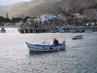 Un pescatore esce dal molo di Mondello per pescare.  - Mondello (6429 clic)
