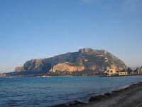 Veduta di Monte Pellegrino dalla spiaggia di Mondello.  - Mondello (2767 clic)