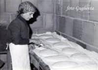 mia mamma e il suo pane  - San piero patti (2374 clic)