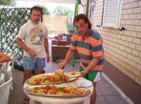 Nelle feste paesane non può mancare una bella spaghettata con la salsa e il sugo degli astici appena pescati.20-08-06   - Paternò (2293 clic)