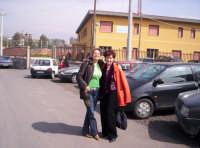 Roberta e Aurora con lo sfondo dell'edificio del centro diurno Un nonno per amico  - Paternò (2263 clic)