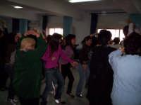 Festa del Papà (19-03-07)Al Centro diurno 'Un nonno per amico' di Paternò, Gli studenti mentre fanno dei balli di gruppo assieme agli anziani  - Paternò (1407 clic)