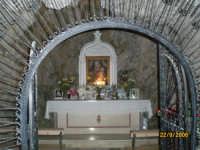 Un Altarino dedicato alla Madonna che si puo' ammirare percorrendo la strada che porta alla piazzetta di Castelmola-Taormina  - Castelmola (5506 clic)
