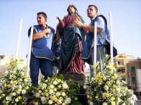 Devoti pronti a portare la statua della Madonna Addolorata nella barca per la processione in mare per la festa della Madonna Addolorata 16-09-07  - Aspra (4758 clic)